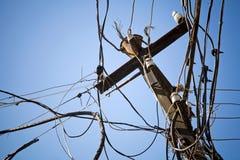 Chaotische Leitungen auf einem elektrischen Pfosten Lizenzfreies Stockfoto
