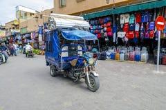 Chaotyczny transport przez ulic Marrakech Obrazy Stock
