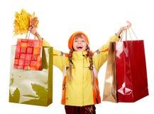 Chapéu alaranjado do outono da menina com grupo da folha, saco da loja imagens de stock royalty free