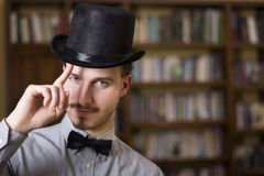 Chapéu alto vestindo atrativo e laço do homem novo Imagem de Stock Royalty Free