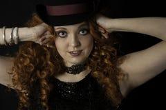 Chapéu alto vestindo da jovem mulher bonita Foto de Stock