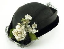 Chapéu antigo das senhoras com as flores no branco Imagens de Stock