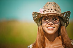Chapéu atrativo da mulher nova do retrato Fotos de Stock Royalty Free
