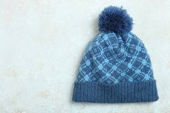 Chapéu azul com um pompon Fotos de Stock