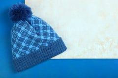 Chapéu azul com um pompon Fotografia de Stock Royalty Free