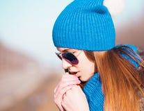 Chapéu azul da cara da mulher, óculos de sol! Foto de Stock Royalty Free