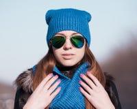 Chapéu azul da cara da mulher, óculos de sol Imagens de Stock