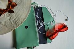 Chapéu, bolsa, fones de ouvido, vidros no fundo branco imagem de stock royalty free