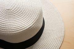 Chapéu branco bonito da praia no assoalho de madeira Fotografia de Stock