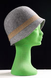 Chapéu cinzento fêmea em uma cabeça do manequim no perfil Foto de Stock Royalty Free