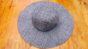 Chapéu cinzento no fundo de madeira Imagens de Stock Royalty Free