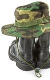 Chapéu da camuflagem e botas militares Fotos de Stock Royalty Free