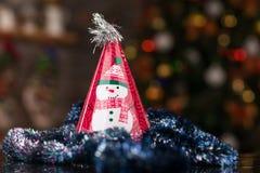 Chapéu da festa de Natal, cônico na tabela de vidro Imagem de Stock Royalty Free