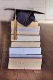 Chapéu da graduação em livros imagem de stock royalty free