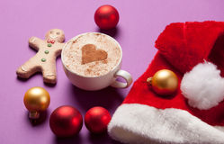 Chapéu da xícara de café e das Santa com brinquedos do Natal Fotografia de Stock Royalty Free