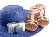 Chapéu das sandálias, da câmara digital e de palha imagem de stock