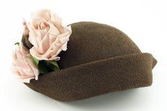 Chapéu das senhoras do vintage com as rosas cor-de-rosa no branco Imagens de Stock Royalty Free