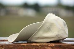 Chapéu de basebol em de madeira Fotos de Stock Royalty Free