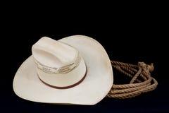Chapéu de cowboy e lasso no preto imagem de stock royalty free
