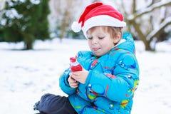 Chapéu de espera de Santa do Natal do menino pequeno feliz da criança Fotos de Stock Royalty Free