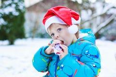 Chapéu de espera de Santa do Natal do menino pequeno feliz da criança Foto de Stock Royalty Free