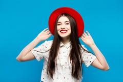 Chapéu de feltro fêmea vermelho Isolado no fundo azul Feliz e fresco Fotos de Stock Royalty Free