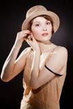 Chapéu de feltro vestindo da mulher fotos de stock