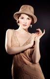 Chapéu de feltro vestindo da mulher foto de stock