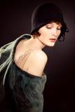 Chapéu de feltro vestindo da mulher fotografia de stock