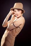 Chapéu de feltro vestindo da mulher imagens de stock