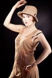 Chapéu de feltro vestindo da mulher fotografia de stock royalty free