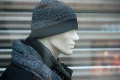 chapéu de lãs e revestimento azul do inverno no manequim na forma fotos de stock royalty free