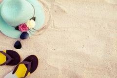 Chapéu de palha, óculos de sol e falhanços de aleta na praia tropical arenosa foto de stock