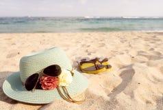 Chapéu de palha, óculos de sol e falhanços de aleta na praia tropical arenosa imagem de stock