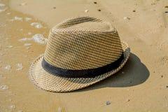 Chapéu de palha na praia Imagem de Stock Royalty Free