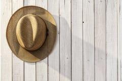 Chapéu de palha no fundo de madeira Imagens de Stock