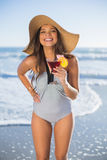 Chapéu de palha vestindo da mulher bonita que guarda o cocktail foto de stock royalty free
