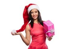 Chapéu de Papai Noel da raça misturada da menina com caixa de presente Imagens de Stock