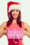 Chapéu de Papai Noel da raça misturada da menina com caixa de presente Foto de Stock Royalty Free