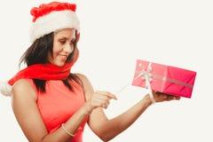 Chapéu de Papai Noel da raça misturada da menina com caixa de presente Imagem de Stock
