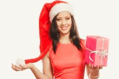 Chapéu de Papai Noel da raça misturada da menina com caixa de presente Fotografia de Stock Royalty Free
