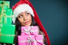 Chapéu de Papai Noel da raça misturada da menina com caixas de presente Fotos de Stock Royalty Free