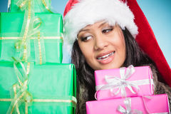 Chapéu de Papai Noel da raça misturada da menina com caixas de presente Imagens de Stock