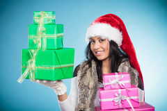 Chapéu de Papai Noel da raça misturada da menina com caixas de presente Fotos de Stock