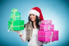 Chapéu de Papai Noel da raça misturada da menina com caixas de presente Fotografia de Stock Royalty Free