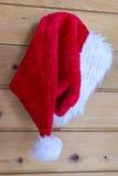 Chapéu de Santa Claus do Natal que pendura em um Peg Fotos de Stock Royalty Free