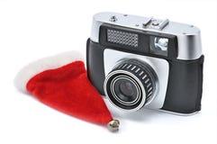 Chapéu de Santa Claus e câmera do vintage para fotografar em um fundo branco fotos de stock
