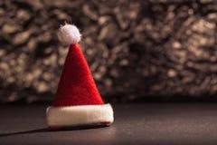 Chapéu de Santa Claus na frente do fundo do brilho Fotos de Stock Royalty Free