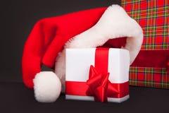 Chapéu de Santa com caixa de Natal fotos de stock royalty free