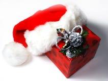 Chapéu de Santa com presente Fotos de Stock Royalty Free